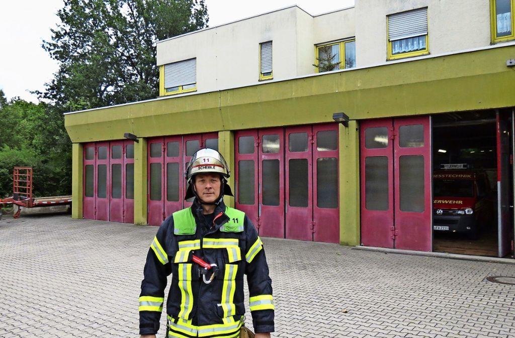 Schön sieht das Feuerwehrhaus nicht aus. Jochen Scheible erwartet dies auch nicht – wohl aber ein funktionales Gebäude. Foto: Julia Bosch