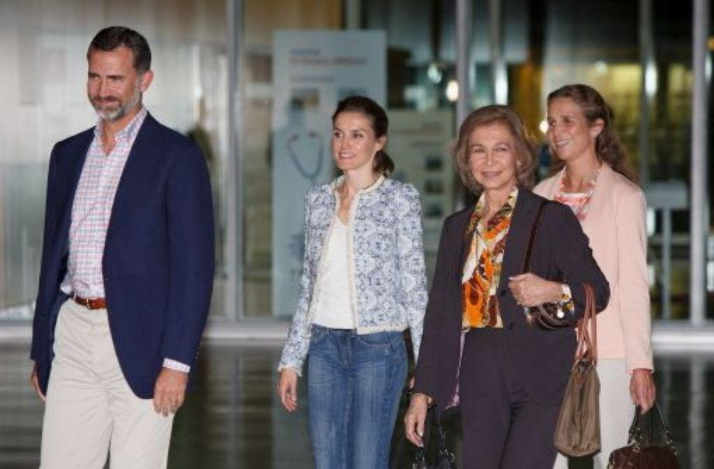 Erleichtert, dass die königliche OP gut verlaufen ist: Spaniens Kronprinz Felipe, Kronprinzessin Letizia, Königin Sofia und Infantin Elena (von links) Foto: Getty Images Europe