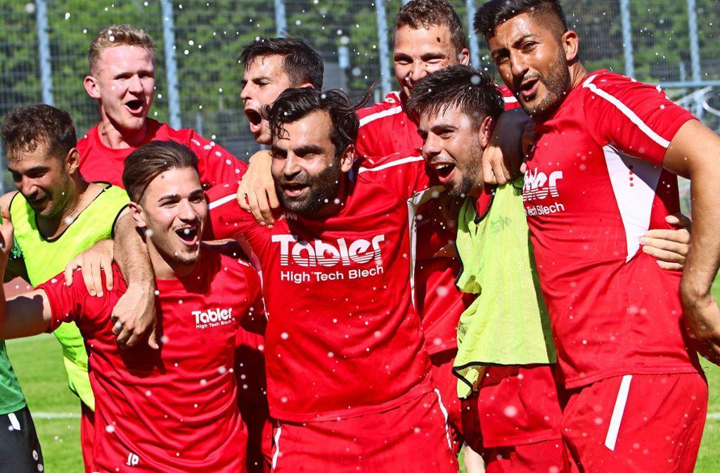 Die Mannschaft   feiert       den Aufstieg  in die Verbandsliga –   in ihrer Mitte    der scheidende Murat Öztürk. Foto: Andreas Gorr