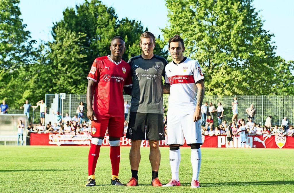 Zwei Neue für Trainer Hannes Wolf: Orel Mangala (li.) und Anastasios Donis (re.) sollen das VfB-Mittelfeld beziehungsweise den VfB-Angriff verstärken. Foto: dpa