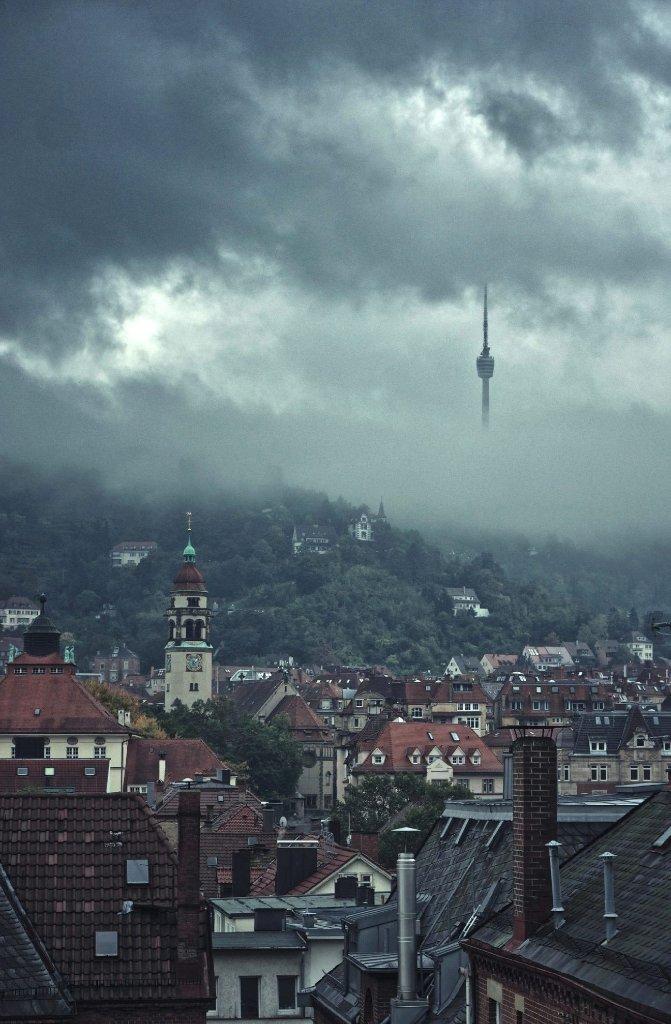 Durch die Wolken und den Nebel sieht es auf diesem Foto vom Juli 2014 fast so aus, als würde der Fernsehturm schweben. Foto: Leserfotograf benny