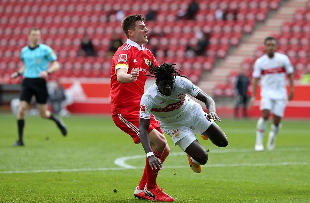 Robin Knoche (links) lässt Tanguy Coulibaly über die Klinge springen. Foto: Pressefoto Baumann/Cathrin Müller