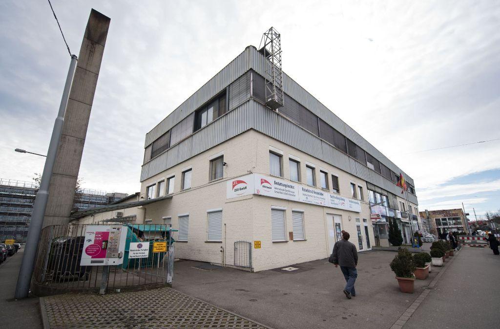 Ein ehemaliges Fabrikgebäude, in dem unter anderem Dienstleister und eine Moschee untergebracht sind. Auf dem Gelände soll ein Moschee-Neubau entstehen. Foto: dpa