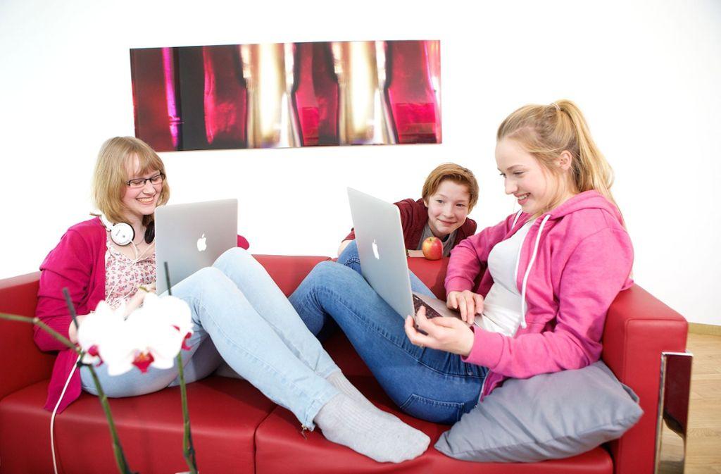Die Mädchen lernen auch, wie man Apps programmiert. Foto: dpa/Dirk Laessig