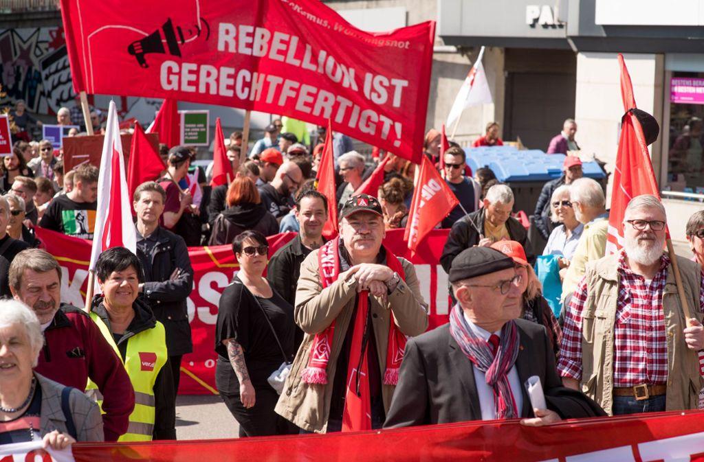 Geschätzt etwa 200 Demonstranten ziehen zum Marktplatz, wo  sie von weiteren Gewerkschaftern empfangen werden. Foto: Martin Stollberg
