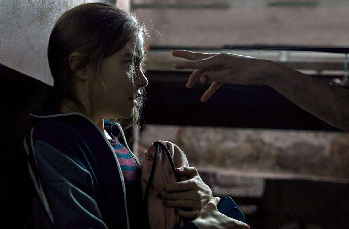Talia (Hannah Schiller) lebt in einer Scheinwelt aus Visionen, Geistern und Horror – als würde sie von den verdrängten Geschehnissen verfolgt. Foto: MDR/HA Kommunikation
