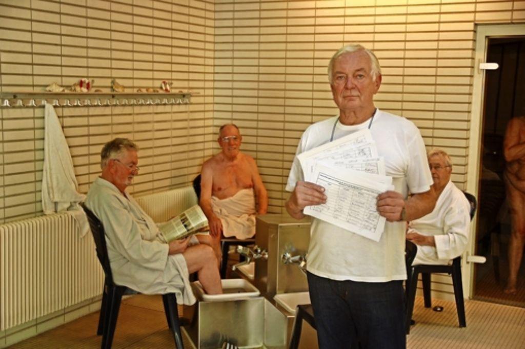 Pächter Zvonimir Pfaff zeigt im Saunabereich des Gartenhallenbads die Unterschriftenlisten gegen das drohende Aus. Foto: Sascha Schmierer
