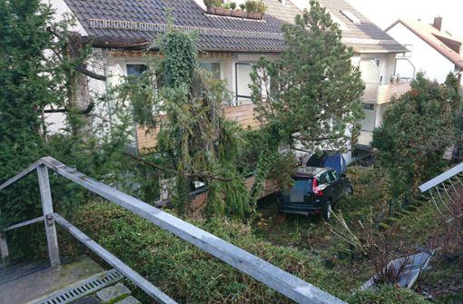 Zwei Geländer durchbrochen – Chaosfahrt endet an Balkon