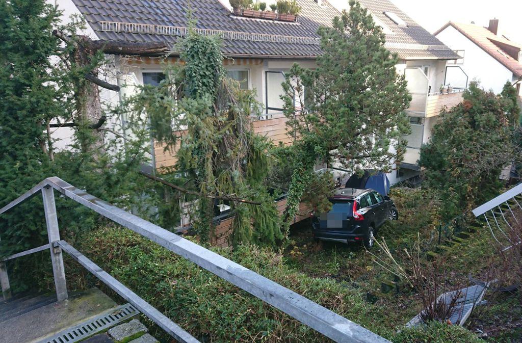 Der Volvo landete schließlich an einem Balkon. Foto: 7aktuell.de/Oskar Eyb
