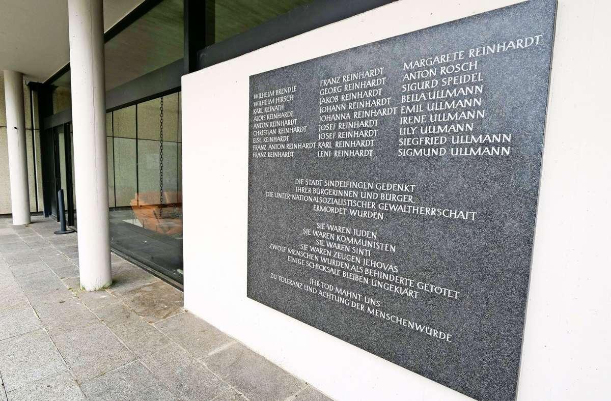 Eine Tafel mit den Namen vieler Opfer hängt bereits am Rathaus. Einmal im Jahr gibt es hier eine Gedenkfeier. Foto: factum/Simon Granville