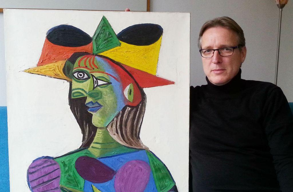 Der Kunstdetektiv mit dem gestohlenen Gemälde. Foto: AFP