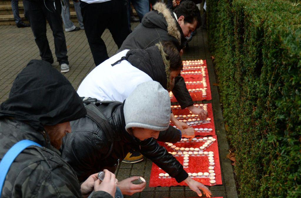 """Familienangehörige und Freunde der damals vermissten Maria entzünden vor der Polizeidirektion Kerzen für den Schriftzug """"Bitte findet Maria"""" (Archivfoto). Foto: dpa"""