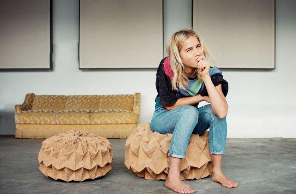 Die Künstlerin Jule Waibel auf einem ihrer gefalteten Poufs. Foto: JW