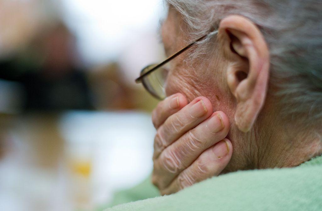 Die Betrüger haben den 95-Jährigen bestohlen (Symbolbild). Foto: dpa-Zentralbild