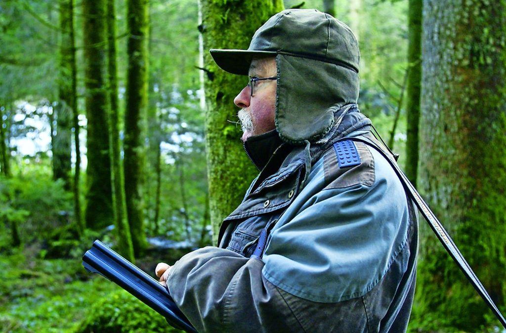 Auch vom Hobbyjäger Hans Ruedi will der Filmemacher Luzius Wespe lernen. Foto: ZDF/SRF