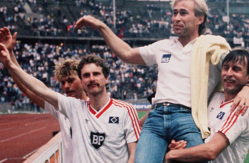 Einer der Höhepunkte der Kickers-Vereinsgeschichte: Trainer Dieter Renner wird nach dem DFB-Pokal-Finale 1987 von Kazimierz Kmiecik (li. Detelef Olaidotter und Dirk Kurtenbach) vom Feld getragen. Die Kickers verloren gegen den HSV 1:3, gewannen aber viel Sympathien. Foto: /Baumann