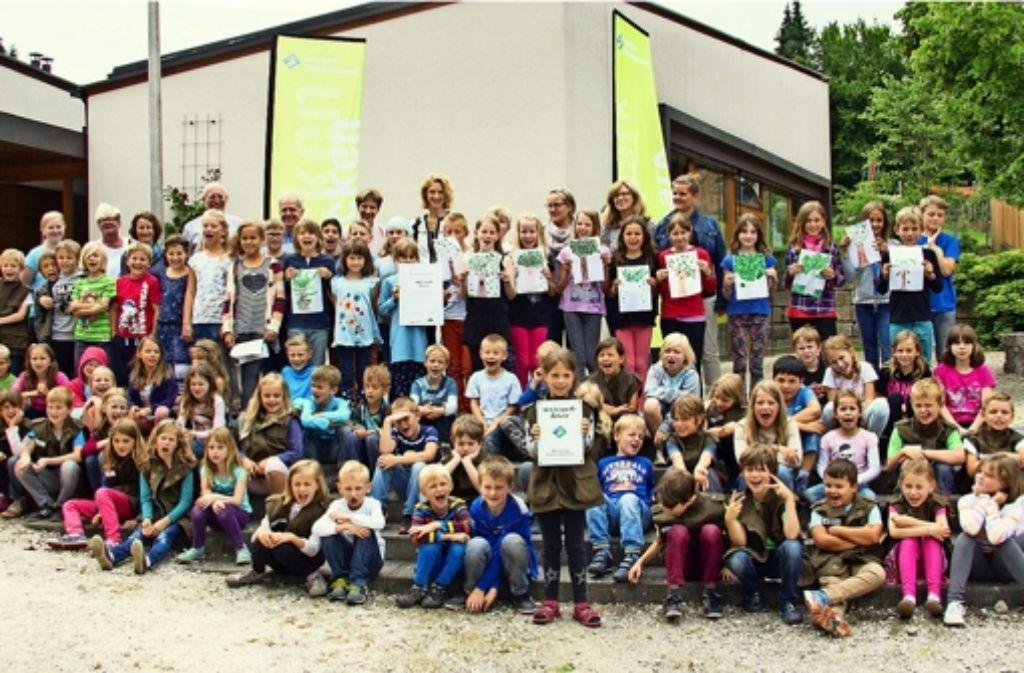 """Freude bei den Schülern in Rümmingen über den Titel:   sie gehen jetzt auf eine """"Naturpark-Schule"""". Foto: Markus Ketterer/Naturpark Südschwarzwald"""