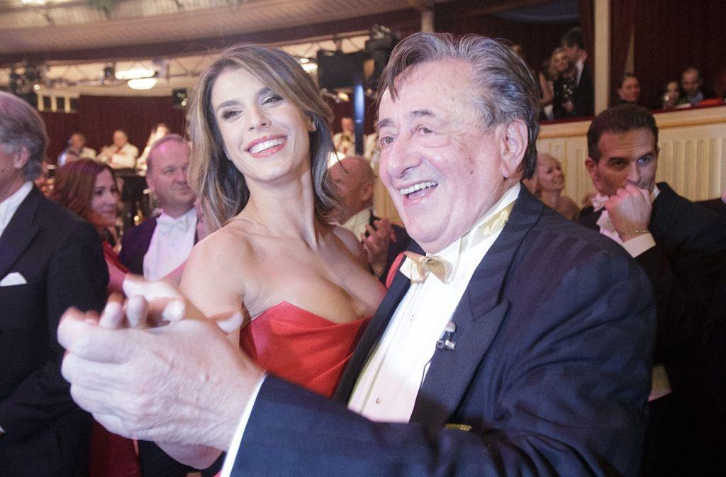 """""""Dolce Vita"""" an der Donau: George Clooneys Ex Elisabetta Canalis in den Armen des österreichischen Baulöwen Richard Lugner. Foto: dpa"""