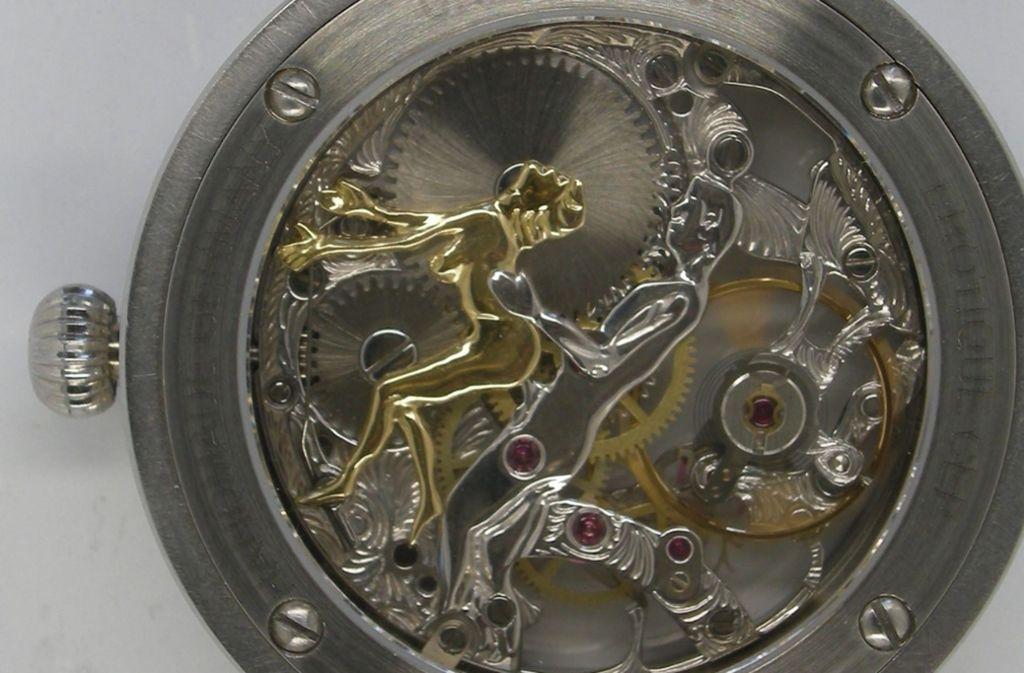 ...von hinten gesehen offenbart die Uhr ein pikantes Geheimnis.  Foto: Polizei