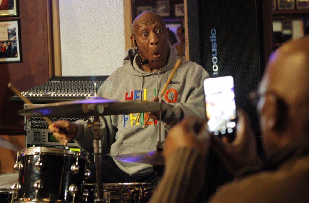 US-Entertainer Bill Cosby ist erstmals nach einem Missbrauchsprozess gegen ihn wieder auf der Bühne gestanden. Foto: AP
