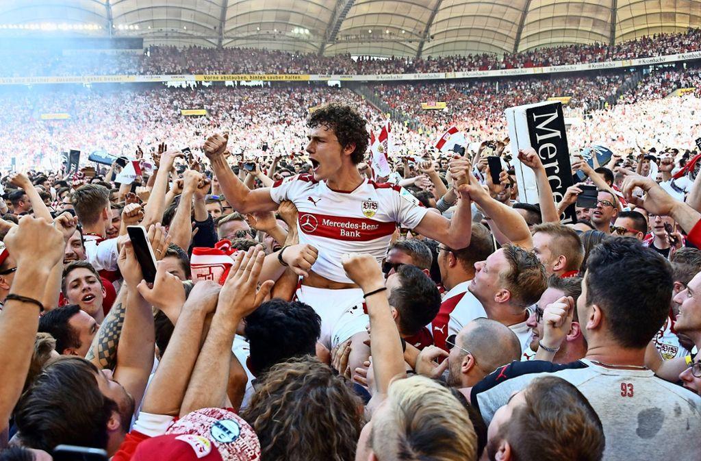 Benjamin Pavard bejubelt mit den VfB-Fans den Aufstieg im Mai 2017. In dieser Saison ist der 21-Jährige zur festen Größe gereift.Foto:dpa Foto: