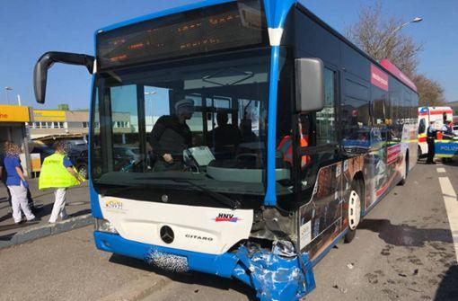 Ein schwer verletztes Kind und mehrere Leichtverletzte bei Bus-Unfall