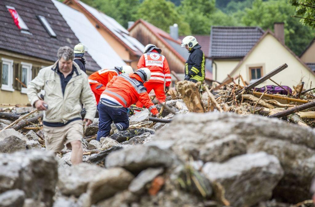 Nach den Wasserfluten in der Nacht sind die Einsatzkräfte in Braunsbach mit den Aufräumarbeiten beschäftigt. Foto: 7aktuell.de/Adomat