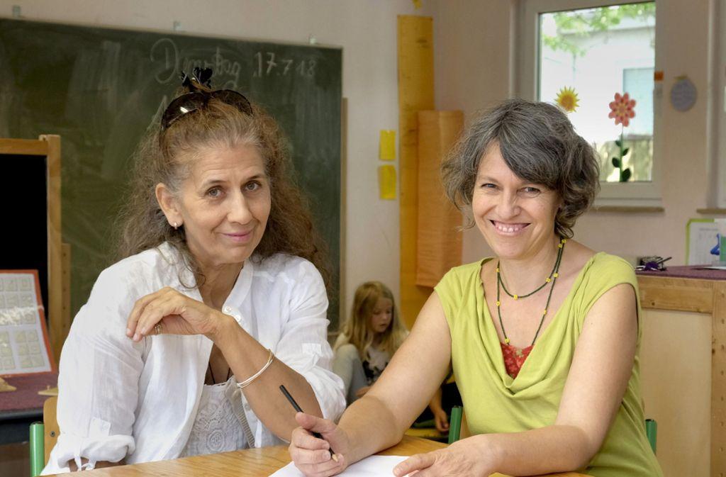Gaby Groß (links) und Katrin Bohner vom Schulleitungsteam der Freien Aktiven Schule haben sich zu Meisterinnen der Flexibilität entwickelt. Foto: Lichtgut/Michael Latz