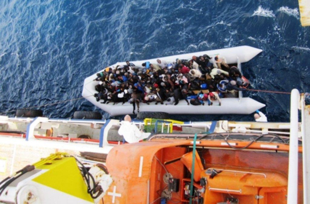 Flüchtlinge werden aus Seenot gerettet. Doch danach müssen sie behaust und versorgt werden. Über die rasant steigenden Kosten dafür striten der Bund und die Länder. Foto: dpa