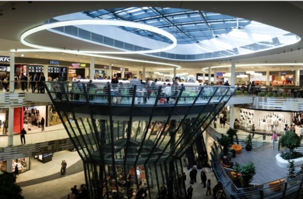 Das Milaneo kann am ersten Verkaufstag massenhaft junge Kunden anlocken. In unserer Foto-Umfrage erfahren Sie, was die jungen Besucher ins Milaneo zieht und was sie von dem neuen Einkaufszentrum in Stuttgart halten. Foto: Lichtgut/Achim Zweygarth
