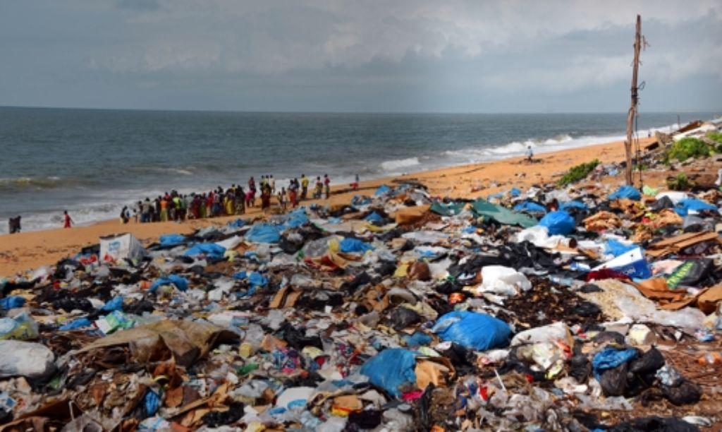 Von den weltweit  hundert Milliarden Plastiktüten, die pro Jahr in Umlauf kommen, landen viele in der Natur und verschmutzen vor allem die See. Foto: AFP