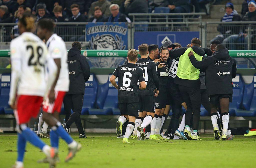 Jubelnde Stuttgarter, geschlagene Hamburger. Der VfB hat sich im DFB-Pokal revanchiert. Foto: Baumann