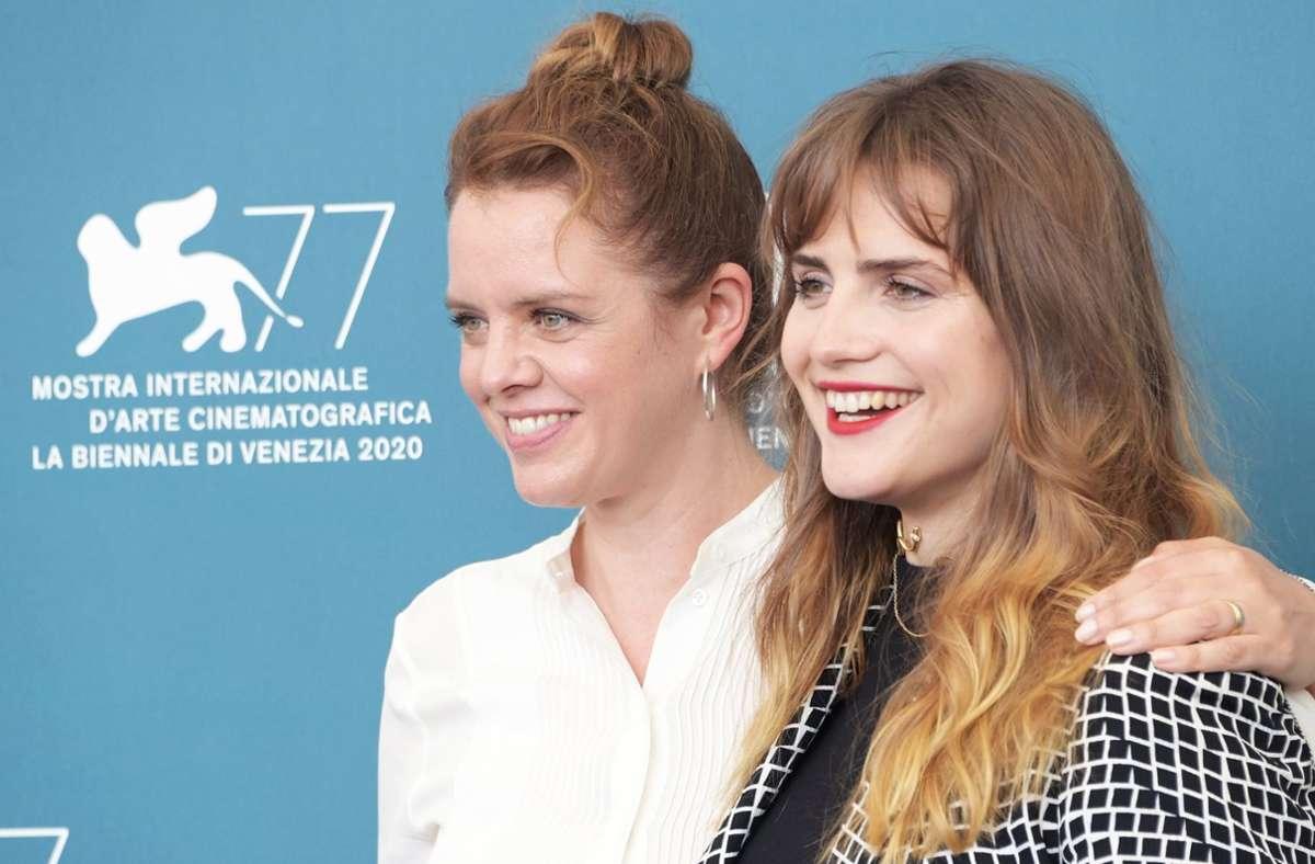 """Julia von Heinz (links) stellte sich im Sommer mit Mala Emde,  der Hauptdarstellerin ihres Films """"Und morgen die ganze Welt"""", auf dem Filmfestival in Venedig den Fotografen. Foto: dpa/Gian Mattia Dalberto"""