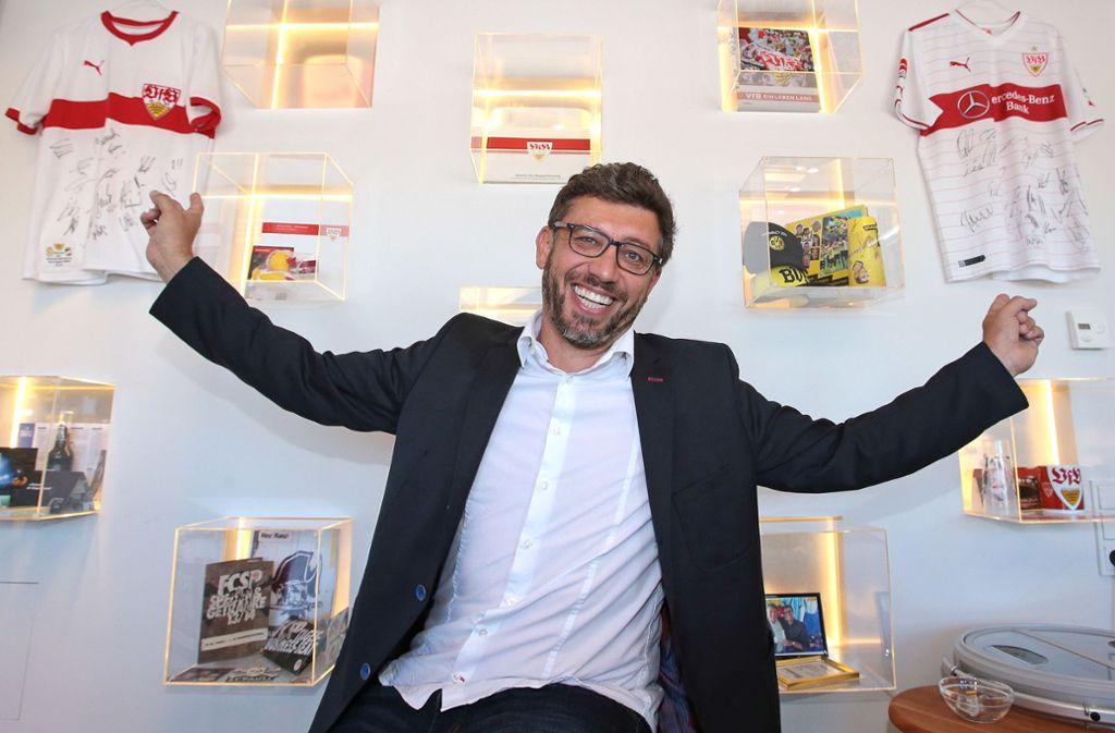 Vom VfB-Fan zum VfB-Präsidenten? Claus Vogt sammelt in seinem Büro VfB-Utensilien. Foto: Baumann