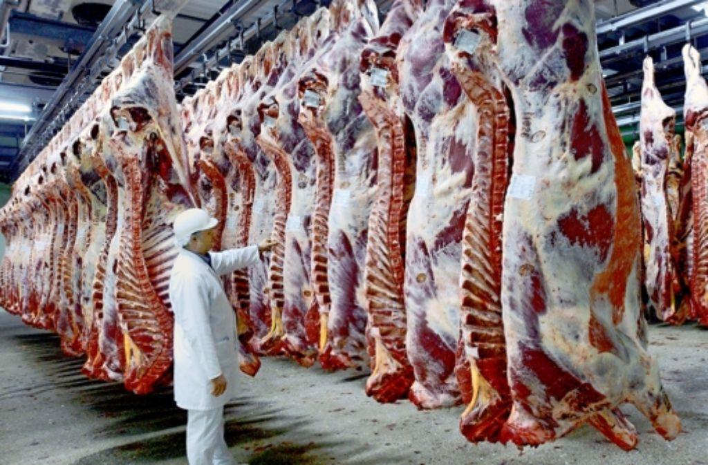 Die Fleischbranche steht in der Kritik, weil sie billiger produziert als das Ausland. Unser Bild zeigt Jungbullenhälften im Kühlhaus. Foto: dpa