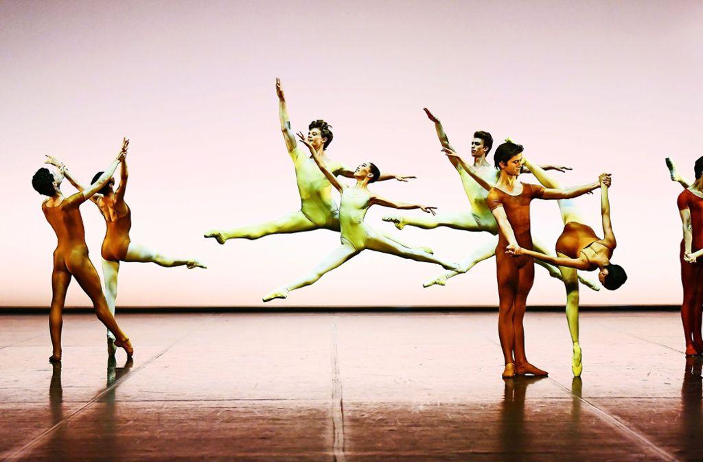 """Zum Ende des Schuljahres hoch hinaus: Cranko-Schüler tanzen im Stuttgarter Opernhaus """"Air"""" von Uwe Scholz. Foto: Stuttgarter Ballett"""