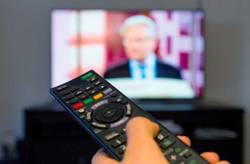 Unbekannter wirft Fernseher auf Auto