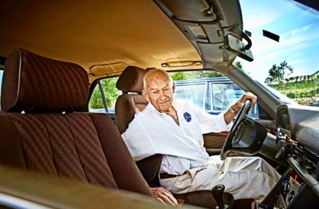 """""""Ich habe mit diesem Mercedes nur Gutes erlebt"""": Leonhard Eser  in seinem 280 SE. Foto: Heinz Heiss"""
