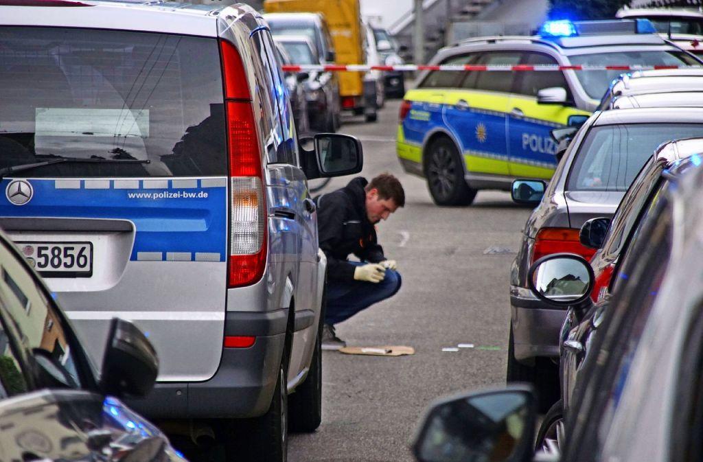 Spurensicherung am Tatort: In der Karl-Pfaff-Straße hatte ein Polizist Schüsse abgegeben. Foto: SDMG