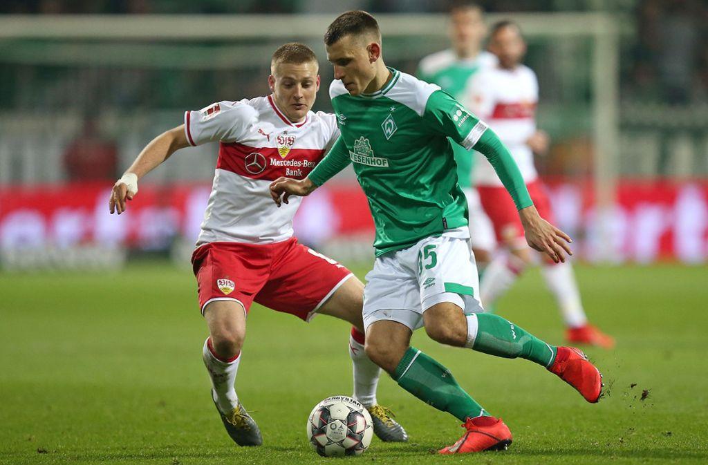 Zwei Dauerläufer im Zweikampf: Bremens Maximilian Eggestein (re.) und Santiago Ascacibar vom VfB Stuttgart. Foto: Baumann