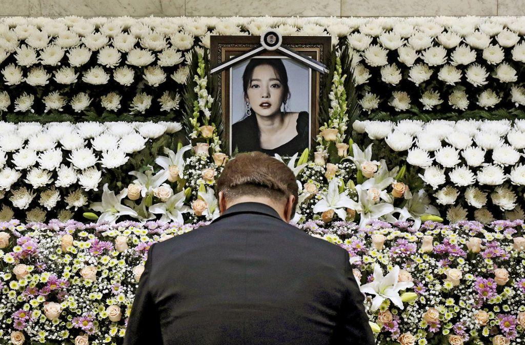 Ein Südkoreaner erweist der toten Sängerin Goo Hara an einem Gedenkaltar im St. Mary's Hospital in Seoul die letzte Ehre. Foto: AP/Chung Sung-jun