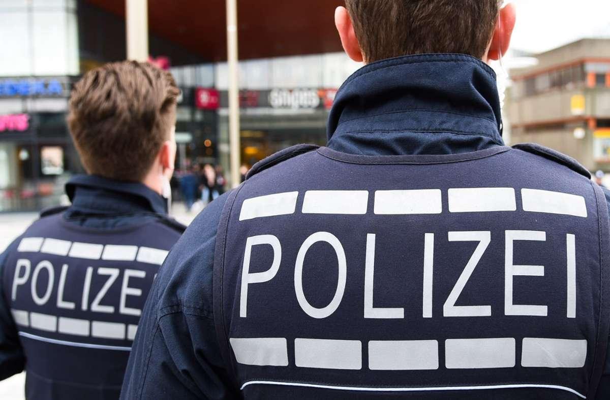 Die Polizei sucht nach einer Frau, die einen Leitpfosten beschädigt hat und danach weitergefahren ist. Foto: KRZ Archiv/Thomas Bischof