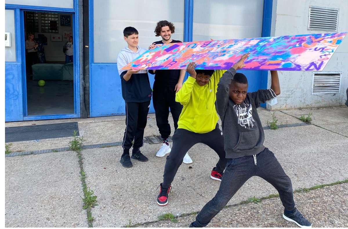 Kinder verlassen mit ihrem Bild das Atelier von Künstler Tim Bengel (Zweiter von links). Foto: Neuhauser