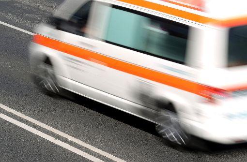 Rollerfahrer prallt gegen geparkten Anhänger und stirbt