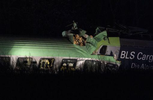 Güterzug kracht auf Rheintalstrecke in Teile einer Brücke – ein Toter