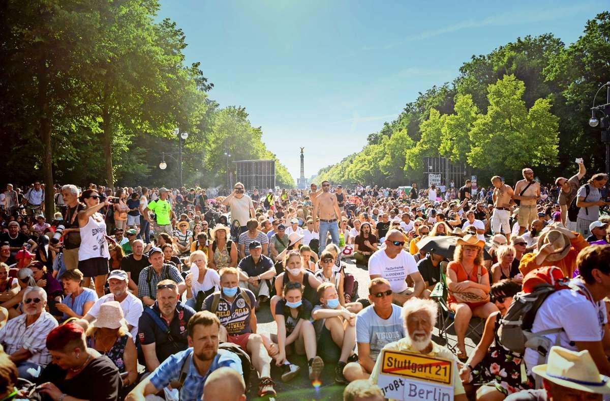 Das Verbot der Corona-Demo in Berlin ist in erster Instanz gekippt worden. Bilder wie Anfang August soll es trotzdem nicht geben, Mindestabstand ist Pflicht. Foto: dpa/Christoph Soeder
