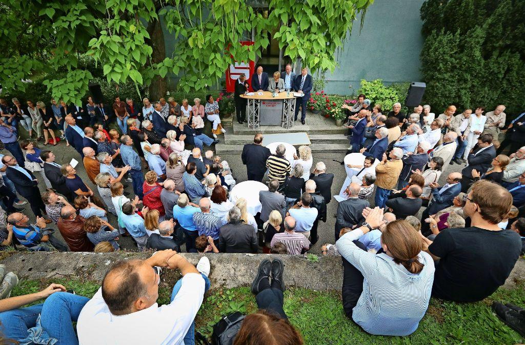 Die vier OB-Kandidaten präsentieren sich in einer Open-Air-Diskussion, da der vorgesehene Saal für die mehreren Hundert Interessenten zu klein ist. Foto: factum/Granville