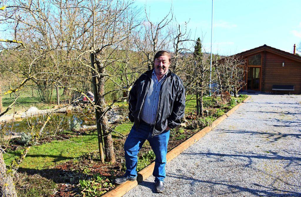 Willi Walz, der Vorsitzende des OGV Steinenbronn, im Steinenbronner Mustergarten Foto: Caroline Holowiecki