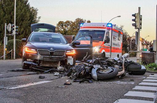 Über Gelb gefahren – Motorradfahrer schwer verletzt