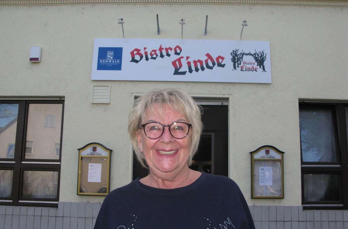 Sonja Schäfer vor dem Bistro Linde. Leider müssen alle Kostüme im Lager bleiben. Foto:
